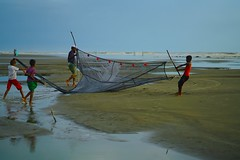 Living by the sea (Ferdousi.) Tags: sea lifestyle lifebythesea fisherman coxsbazar bangladesh sonya7r2 beach fishingnet