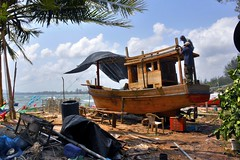 Ban Parklong: artisans accastilleurs (Olivier Simard Photographie) Tags: accastilleur chantiernaval thaïlande asie pêcheurs bangsaphan golfedethaïlande prachuapkhirikhanprovince bateau plage banparklong chumphon pathiodistrict menuisier chalutier artisan pêche coque shipyard thailand asia fishermen gulfofthailand boat beach carpenter trawler hull