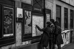 Buscando ruta Underground (Garimba Rekords) Tags: bn blancoynegro londres inglaterra uk london england