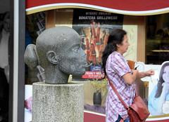0439 Skulptur im Skulpturenpark von Hamburg Mümmelmannsberg - Kopf mit abgebrochener Nase. (christoph_bellin) Tags: bezirke stadtteile hamburgs hamburger stadtteil billstedt bezirk hamburgmitte mitte grossiedlung mümmelmannsberg skulptur skulpturenpark kopf abgebrochene nase
