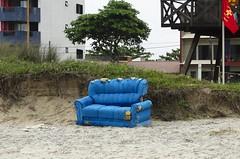 O_SOFA_02 (Parchen) Tags: praia curiosidade inusitado inesperado diferente interessante sofá abandonado areia jogado descartado lixo paisagem praiana foto fotografia imagem registro parchen carlosparchen