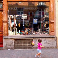 Commerce à remettre (_ Adèle _) Tags: bruxelles marolles rueblaes commerce vitrine àremettre rue trottoir enfant drapeau belge fête nationale