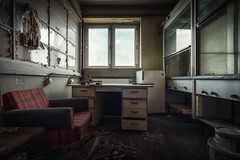 abandoned (blende einspunktacht) Tags: lostplaces verlasseneorte urbex abandoned ilovedecay decay canon tokina window fenster sessel chair table tisch office büro