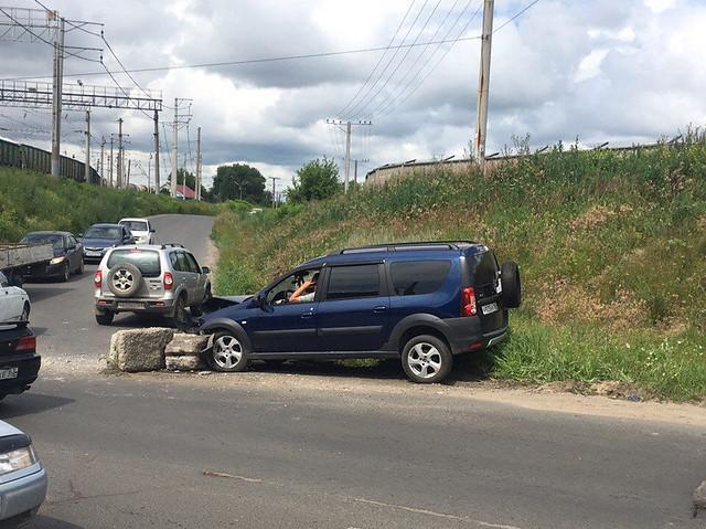 ВСызрани шофёр протаранил бетонные блоки на«пьяной» дороге