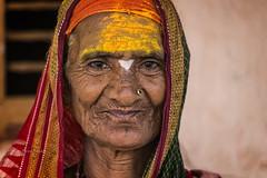 MAHAAKUTA : PORTRAIT DE FEMME EN JAUNE (pierre.arnoldi) Tags: inde india pierrearnoldi badami karnataka mahaakuta canon tamron portraitdefemme portraitsderue photoderue photooriginale photocouleur