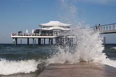 Wolkenlos und windig (Lilongwe2007) Tags: timmendorfer strand ostsee deutschland schleswig holstein restaurant wolkenlos wellen gischt wasser meer