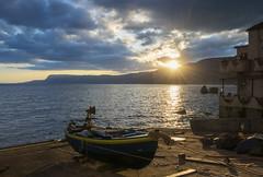 passaggio (Paolo Dell'Angelo (JourneyToItaly)) Tags: chianaleascilla calabria italia sunrise boat backlight