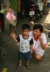 a boy and balloons (the foreign photographer - ฝรั่งถ่) Tags: boy holding balloons grandmother grandma bangkhen bangkok thailand canon kiss