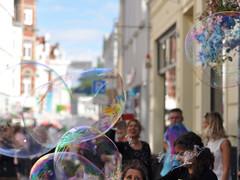 bursting bubbles (nirak68) Tags: lübeck deutschland ger 189365 hüxstrase fest hüxstrasenfest seifenblasen soapbubbles sommer 2017ckarinslinsede 45 bubble 52of2017