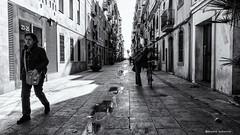 2331 Una calle de la  Barceloneta, Barcelona (Ricard Gabarrús) Tags: calle ciudad perspectiva airelibre olympus blancoynegro ricgaba ricardgabarrus