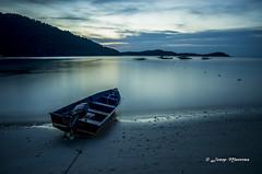 La barca i la solitud (josep manresa) Tags: barca mar azul blue sea soledad bargue loneliness suntet lanscape loleliness stillness malasia perhentians