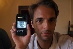 Portrait d'Afchine Davoudi montrant au spectateur celui de Renaud Camus — Semur-en-Auxois, Bourgogne, juin 2017 (Stéphane Bily) Tags: stéphanebily bourgogne burgundy portable semurenauxois afchinedavoudi téléphoneportable smartphone phone homme man image icône lejournilheure renaudcamus écrivain writer flickr