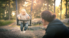 Mainen Tuška! (Edgar Myller) Tags: mainen tuška maatuska boy little children child happy joy smile laugh swing keinu poika 10 month old mother family sigma art 50mm canon 5d mkiv mk4 5dmkiv 5dmk4