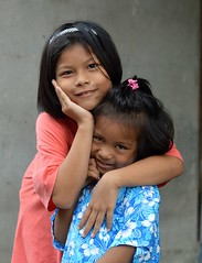 loving sisters (the foreign photographer - ฝรั่งถ่) Tags: apr302016nikon two girls sisters posing loving khlong thanon portraits bangkhen bangkok thailand nikon d3200