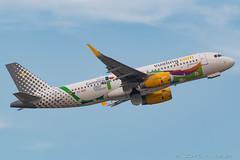 Vueling A320-232 EC-MOG (José M. Deza) Tags: 20170710 a320232 airbus bcn ecmog elprat lebl planespotting spotter vueling aircraft