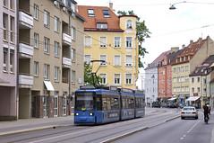 R2-Wagen 2121 kurz hinter der Silberhornstraße unterwegs zum Wettersteinplatz (Frederik Buchleitner) Tags: 2121 linie17 munich münchen r2wagen redesign strasenbahn streetcar tram trambahn