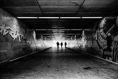 tunnelblick... (Heinz Wille) Tags: hannover street streetphotographie shootthestreet monochrome schwarzweiss leica leicam7 m7 35mm silvermax reportage summicron rft12 analog shootfilm