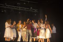 En la imagen se puede ver a la txaranga Hegarriak recogiendo el tercer premio del Playback