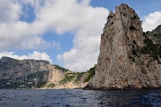 Rochers, falaises, arrivée sur la côte sud, Capri, Campanie, Italie.