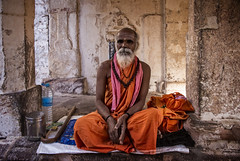 MAHAAKUTA :PORTRAIT D'UN  SADHU (pierre.arnoldi) Tags: inde india sadhu mahaakuta badami temple karnataka pierrearnoldi photooriginale photocouleur portraitdhomme portraitsderue