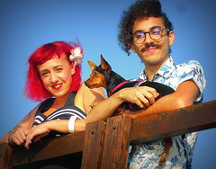 GRAZIE RAGAZZI. (Skiappa.....v.i.p. (Volentieri In Pensione)) Tags: coppia saramorgan ritratto lignano pontile cagnolino turisti sorrisi simpatia cieloazzurro panasonic lumix skiappa