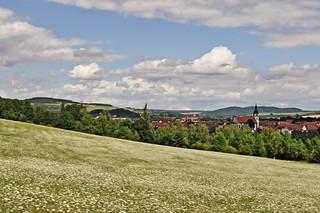 Blick auf Schleid hinter der Wiese von Wilder Möhre - und im Hintergrund die Kaliberge von Phillipstal und Heringen - Explore 24.7.2017