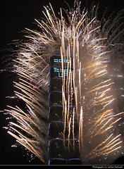 Taipei 101 New Year's Eve Fireworks, Taipei, Taiwan (JH_1982) Tags: new years eve nye neujahr 跨年日 firework fireworks feuerwerk fuegos artificiales feu dartifice fuochi dartificio vuurwerk фейерверк 花火 불꽃놀이 havai fişek sztuczne ognie fogos artifício ألعاب نارية pháo hoa kembang api bunga ohňostroj fyrverkeri आतिशबाजी ดอกไม้ไฟ феєрверк artificii 台北101 台北 taipei world financial center twfc t101 тайбэй 101 ताइपे १०१ 타이베이 ไทเป skyscraper highrise xinyi 509m تايبيه tchajpej táiwān taiwan roc 臺灣 台灣 中華民國 中華民国 중화민국 китайская республика تايوان चीनी गणराज्य explosion colors colours