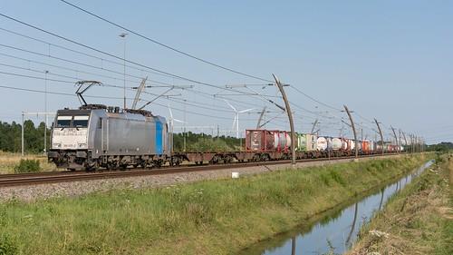 Valburg KRE Combirail 186 455 met containertrein_