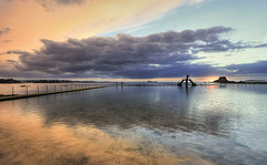 Sunset Malouin (StephanieB.) Tags: sunset saintmalo piscine mer see saintsauveur nuage clouds manche océan plage beach plongeoir diving paysage landscape canon reflet reflection bretagne france