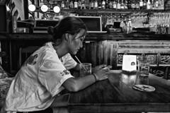Solitude à Shanghai. (Gilles Daligand) Tags: chine china shanghai bar jeunefemme seule solitude smartphone noiretblanc nb bw leicaq street decisivemoment