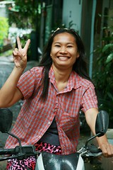 pretty woman on a motorcycle (the foreign photographer - ฝรั่งถ่) Tags: pretty young woman motorcycle peace sign khlong thanon portraits bangkhen bangkok thailand canon kiss