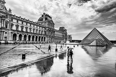 Rainy Louvre (Ruben H. Pinilla) Tags: nikon d750 nikond750 tamronsp2470mmf28divcusd rubenhpinilla blackandwhite bw mono monochrome street streetphoto streetphotography candid paris louvre pyramid reflection rain mirror cloud