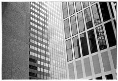 Picknick am Strand? (Christoph Schrief) Tags: frankfurtammain innenstadt hochhaus skyscraper zeissikonzm leicasummicronm250 agfaapx100newneu rodinal 20° 150 10min plustekopticfilm7600 vuescan selfdeveloped film analog sw bw