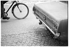 Flott unterwegs (Christoph Schrief) Tags: frankfurtammain innenstadt oldtimer fordmustang fahrrad zeissikonzm leicasummicronm250 agfaapx100newneu rodinal 20° 150 10min plustekopticfilm7600 vuescan selfdeveloped film analog sw bw