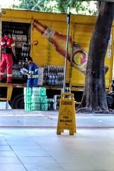 esforço (luyunes) Tags: trabalhador trabalho rua esforço trabalhopesado homem entregas motoz luciayunes