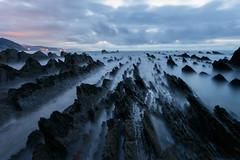 Sakoneta I - julio 2017 (Clear Of Conflict) Tags: sakoneta zumaia deba flysch gipuzkoa euskadi basque country pais vasco playa beach specland atardecer sundown dusk sunset clouds rocks sea rocas