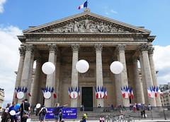 The Panthéon on Quatorze Juillet (Monceau) Tags: panthéon quatorzejuillet façade balloons festive bastilleday