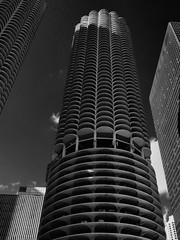 Marina City, Chicago, Illinois (duaneschermerhorn) Tags: architecture building skyscraper structure highrise architect modern contemporary modernarchitecture contemporaryarchitecture chicago illinois unitedstates usa black white blackandwhite blackwhite bw noire noir blanc blanco schwartz weiss