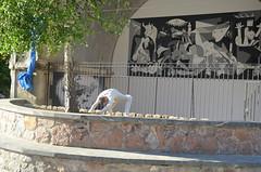 Gernika murala egin du herritar talde batek
