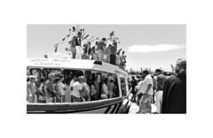 Podería ser hai 100 anos (pbotana) Tags: barco xente desembarque porto illadearosa