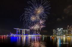 Focs d'artifici a Singapur (josep manresa) Tags: fuegos night lights espectaculo pirotecnia artificiales singapur marina bay sands luces agua colores colour