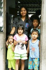 children with mother in their doorway (the foreign photographer - ฝรั่งถ่) Tags: four children mother doorway khlong thanon portraits bangkhen bangkok thailand canon kiss
