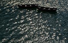 Un lago di stelle (♥danars♥) Tags: acqua barche lagodisantacroce luce riflessi stelline dafortunato alpago controluce