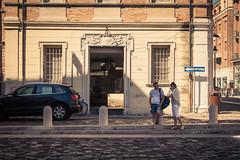 Tourists get a break / La pause des touristes (Gilderic Photography) Tags: rimini italie malatesta touristes italia italy tourists couple people vacation travel summer city street canon 500d gilderic