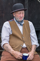 The world on his shoulders ! (f22photographie) Tags: 1940s wartime warweekend 1940sweekend blackcountrymuseum blackcountrylivingmuseum1940sweekend2017 dudley westmidlands reenactors hats bowlerhat leicase summicrons100mm