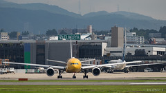 Itami Airport 2017.7.19 (7) JA743A & JA604A / C-3PO ANA JET (B777-200) & STAR WARS ANA' JET (B767-300) (double-h) Tags: omd em1markii omdem1markii lumixgxvariopz45175mmf4056asphpowerois rjoo itm osakaairport itamiairport 大阪空港 伊丹空港 airplane 飛行機 伊丹スカイパーク itamiskypark ja743a ana 全日空 b767 b767300 specialpainting 特別塗装 c3po starwars スターウォーズ スター・ウォーズ ja604a