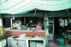 lady in her food shop (the foreign photographer - ฝรั่งถ่) Tags: lady foodshop sun screen khlong thanon portraits bangkhen bangkok thailand canon kiss
