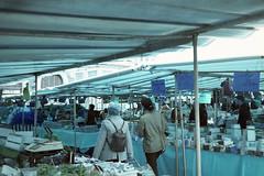Z-20x30-Versailles001 (L.la) Tags: versailles france eu europe europa europaonflickr marché market bleu azul blue fuji fujinon ebc zoomdate28 fujizoomdate28 compact film argentique lomography lomochrometurquoise jobocpe2 jobo cpe2 c41 tetenal scanner v600 epsonv600 stphotography street laurentlopez lla