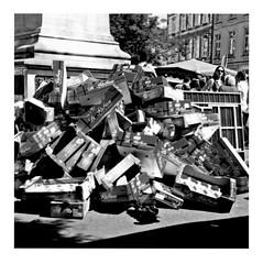 eat a peach (japanese forms) Tags: ©japaneseforms2017 ボケ ボケ味 モノクロ 日本フォーム 黒と白 allmanbrothersband bw blackwhite blackandwhite blancoynegro bokeh candid eatapeach fruitmarket fruitmarkt monochrome obstmarkt random schwarzweis square squareformat strasenfotografie straatfotografie streetphotography vlaanderen zwartwit