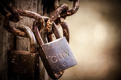 Cadenas enchainé (isoman77) Tags: cadenas vieux bokeh rouille flou objet vignetage couleur chaude chaine metal